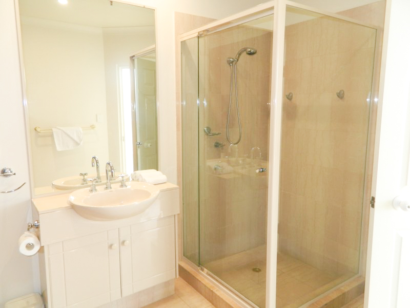 2nd Ave Beachside Apartments Bathroom