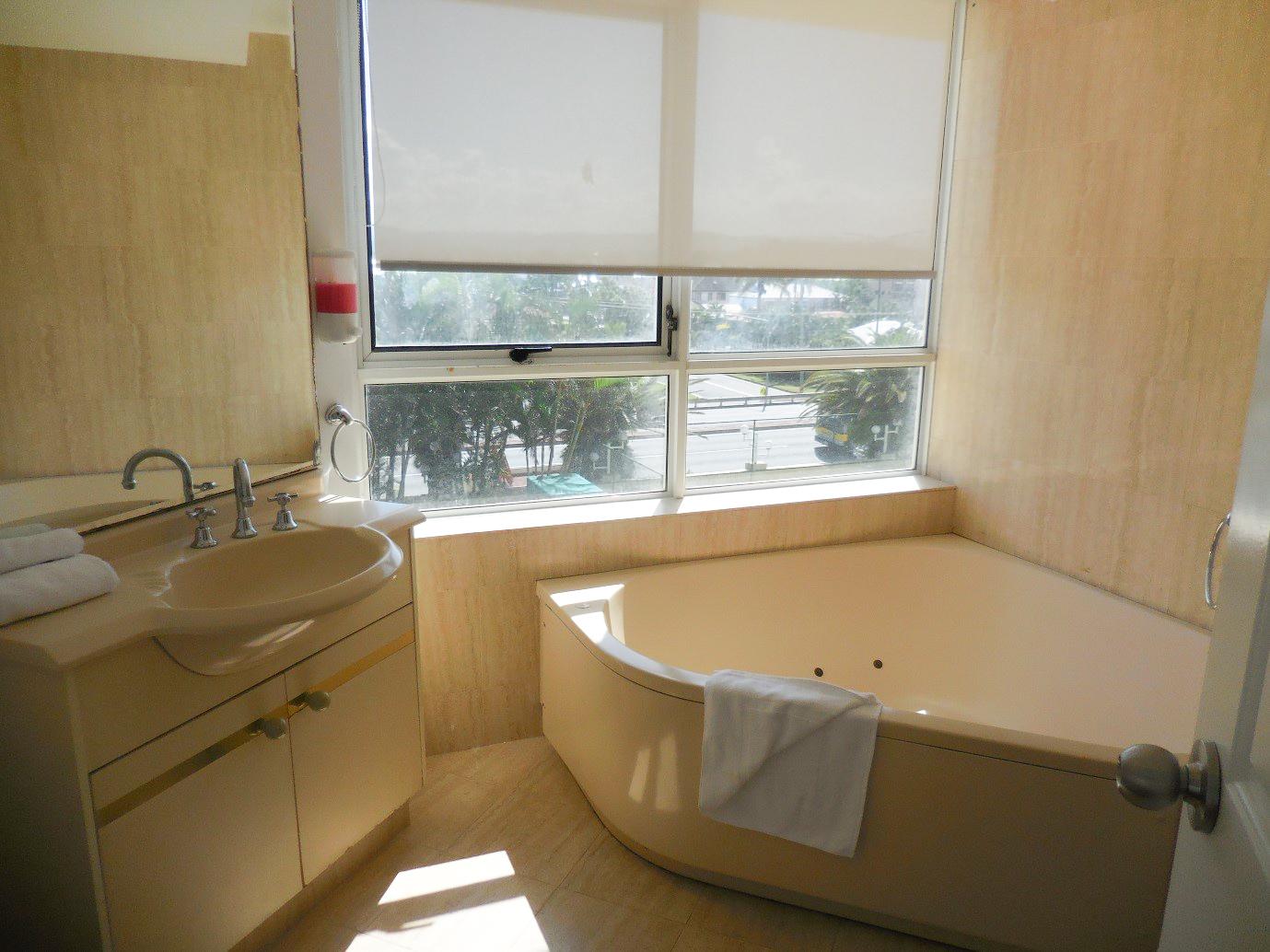 2nd-Avenue-Beachside-Apartments-bathroom